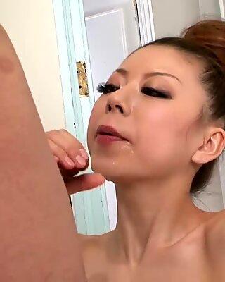 Fabuleuse fellation et Sperme Voluptueux avalant par une jeune putain.