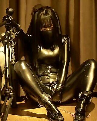 Fejira com cuir fille auto esclafavage avec chaîne obtenir orgasme