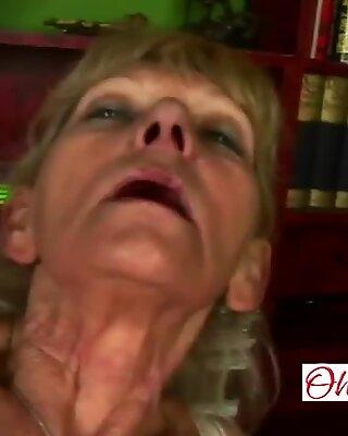 Smal mormor gnidande hennes fitta innan ryttare en stånd
