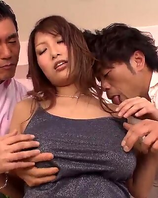 Forte poitrine yume mizuki travaillant sur deux files difficiles