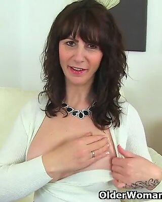 Skottisk Cougar Toni blonder dips hendes tommelfingre i hendes velsmagende kusse
