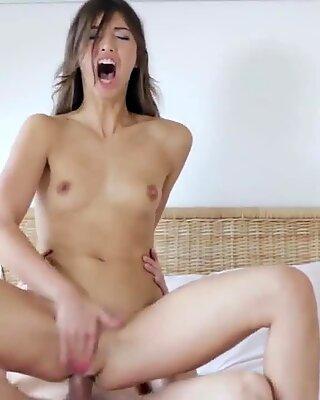 Bedövande snäva tjej får hennes spridning vulva och liten anal sticka