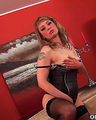 Sultry Mogen Lady sträcker sig hennes vilja Fitta och squirts