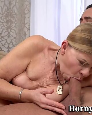 La grand-mère obtient un faciale d'éjaculation