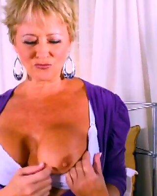 Super Hot Mamie se masturbe en solo