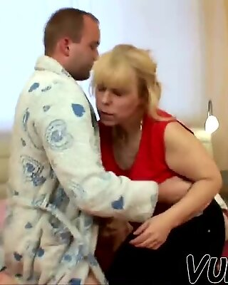 Mature woman giving blowjob 'till cumshot!