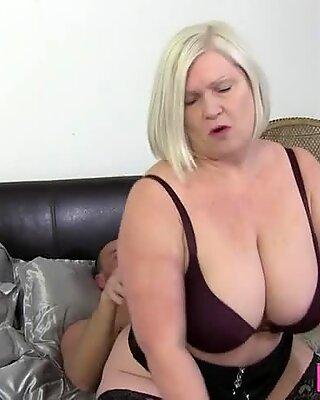 Gran avec de gros seins de suspension