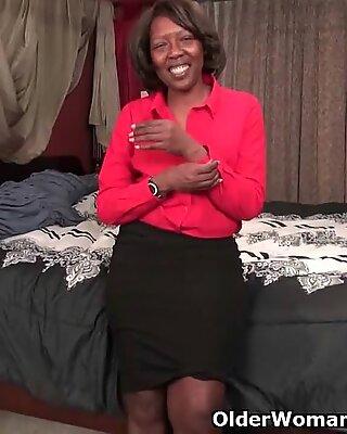 Femme Noire Maman Salope Amanda révèle son corps gaffable et travaille sa rose chat