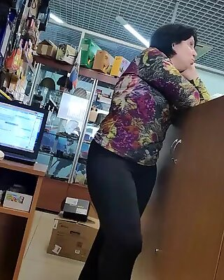 Big Cul Trentenaires sexy dans un pantalon de yoga serré