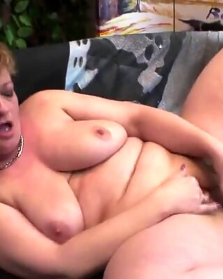 Mamma älskar att leka med sin fitta