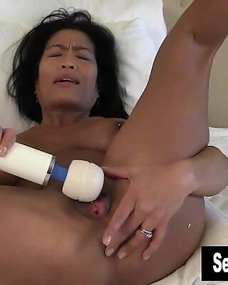 Exotisk Tia vibrerar hennes Cooter
