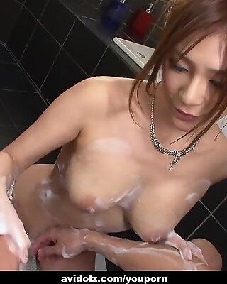 Otroligt söta japansk tjej natsu ando tjänster en tvål kuk