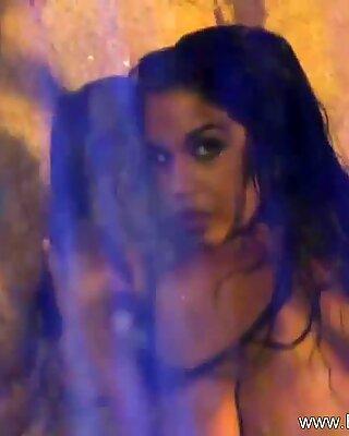 Bollywood Babe se nettoyant