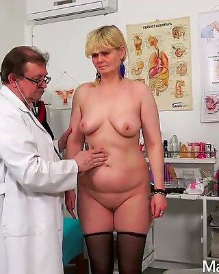 Examen de gynécologue de Tiride Mamie par Freaky Médecin