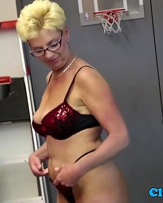 Spex mature wanking dick and gets cumontits