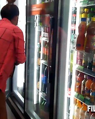 Asiatisk Filipina Teenager Hooker kan købe mad på supermarkedet