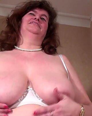 Big Holländsk mamma leker med henne HÅRIG FITTA