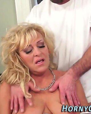 Fingered cougar cum dump