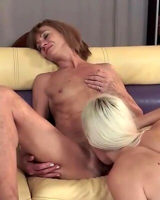 Het mormor och sexig ung blond har lesbisk kul