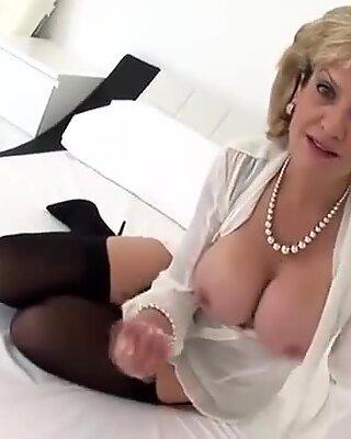 Otrogen engelsk milf Lady Sonia avslöjar sina jätte tutare