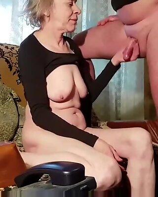 Mamie Mamie Mari à poils gris rusian jouit toujours sur des seins