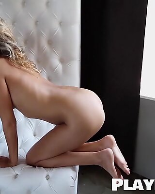 Vacker blond babe dansade för kamera helt naken
