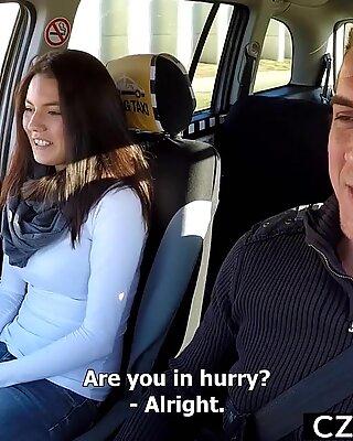 Frumoase femei cu sânii mari model squirts in taxi machine