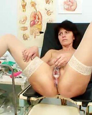 Older amateur mom weird vagina examination