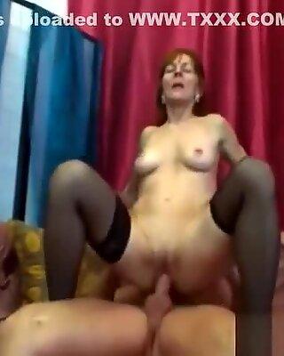 Ung kille knullar obevekligt sex-galna mormor i svart damstrumpor