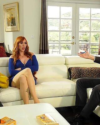 Storbröstad Red Lauren Cucks Bubby med sin sexterapeut