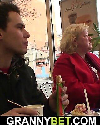 L'énorme grand-mère chevauche sa file d'attente en chaleur