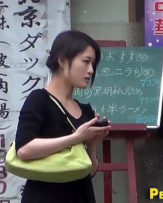 Aparcamiento japonesas orinando