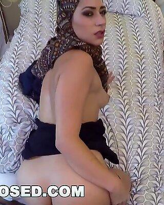 Arabes exposés - Une femme musulmane à Hijab prend d'argent en échange de relations sexuelles avec son patron