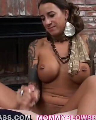Maman brûlante Mona Love reçoit un glaçage de sauce queue sur son visage