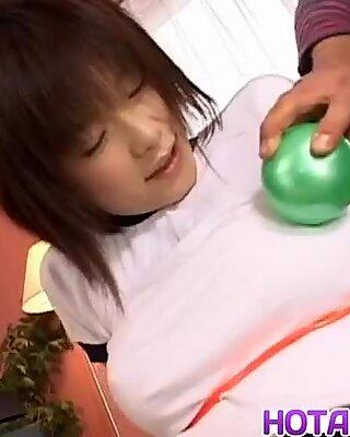 Kasumi Uehara spelar med två Kukar i hennes snäva hål