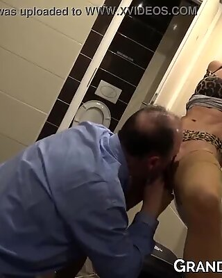 Voluptuous old and young babes share big cock in threesome