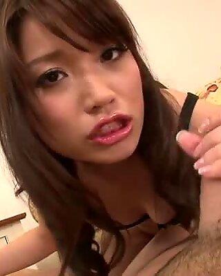 Pissande asiatisk tjej banan asada gör två killar säd
