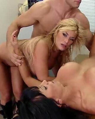 Hot og sexet lezley og shyla elsker at dele en masse sæd efter en fuck