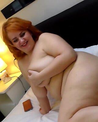BBW MILF Katrin Porto Hårig Fitta`s Pissande och Teasing med Big Röv och Big Boobs Naken