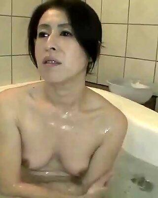 Japonky Babička Nobuko Tachikawa má tesný bod