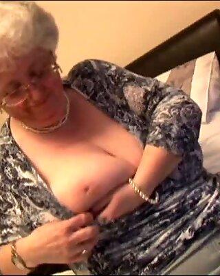 Massiva Pattar mormor onanerar med sin leksak