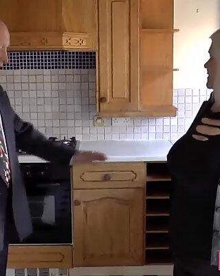 Knubbig brit mormor påsatt