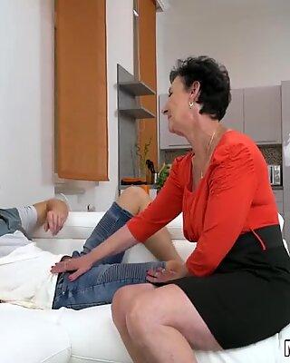 Mamie house femme de ménage avale un traitement du visage éjaculation faciale