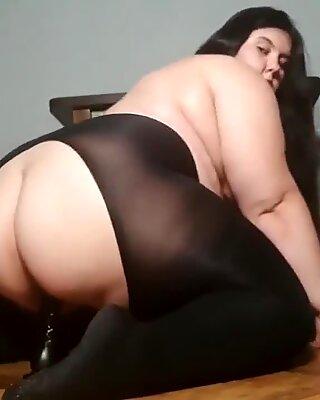 BBW (Belles Femmes Rondes) monte sur un godémiché noir