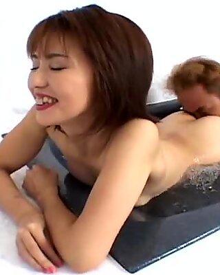 Twat manger sur la baignoire chaude avec un salope Asiatique Maman Kyoko Hayama