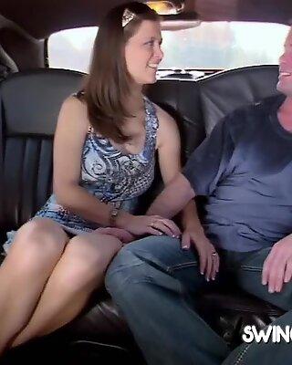 Par snurrar flaskan för att ha en sexuell skärm framför de andra med vem den landar på.