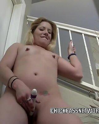 En chaleur maman salope lisa ramone son doux cul avec un godemiché
