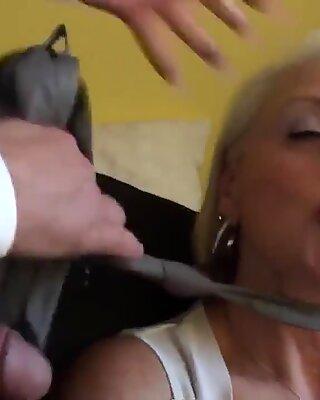 Facefucked brit farmor pullad i hennes arsle