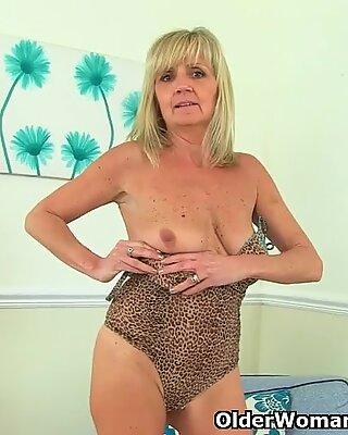 Brit belle grand-mère dolly pousse une fausse queue dans sa chatte