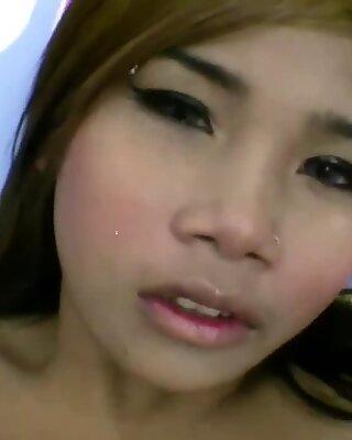 Divoká a mladá thajky teenka mrdá starší muž za finančný oslobodený